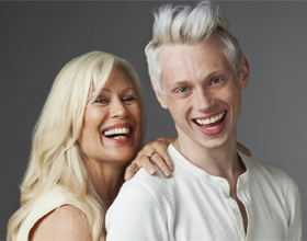 Парень с девушкой постарше