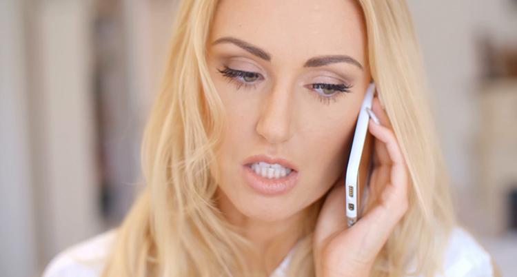 Девушка совершает звонок